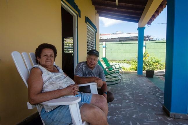 Roque och Caricia hyr ut två rum i sitt hus i staden Viñales dit turister vallfärdar för att uppleva tobaksodlingarna och de ovanliga klippformationerna.