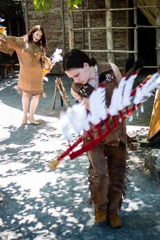 Utanför Québecs centrum kan man se huronwendatfolkets välkomstdans.