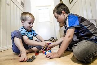 Liam Ahlsokog och Mohammed Alamour bygger lego tillsammans. Snacket går på svenska.