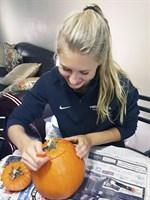 """Under veckan fick jag även vara med om min första """"pumpkin carving"""". Vi använde ett speciellt knivset och efter noggrant skärande blev det, helt omedvetet, en angrybird liknande pumpa för min del, säger Hjerpe. Bildbeskrivning: Under veckan fick jag även vara med om min första """"pumpkin carving"""". Vi använde ett speciellt knivset och efter noggrant skärande blev det, helt omedvetet, en angrybird liknande pumpa för min del, säger Hjerpe."""