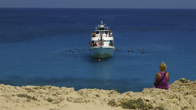 Till blå lagunen tar sig de flesta med utflyktsbåt, men en del hurtiga går och andra cyklar eller tar hyrbil eller taxi.