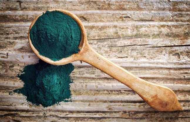 Spirulina har en djupt grön färg och även en liten tesked kan ändra färgen på drycken den blandas i.