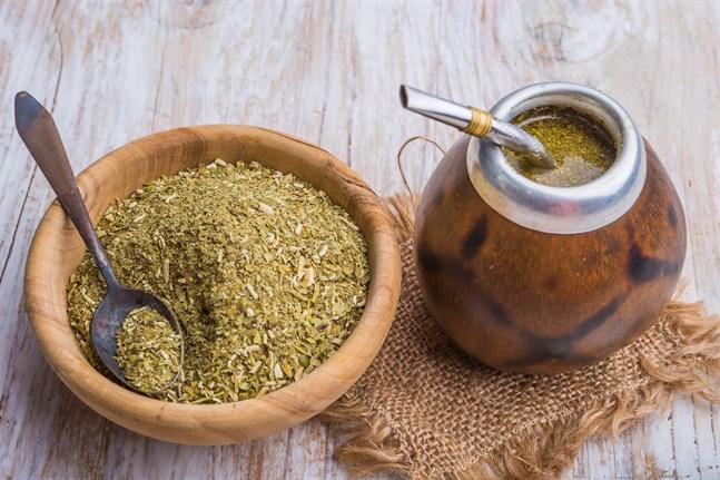 Yerba mate med den traditionella kalabasskoppen. Sugröret filtrerar teet från vattnet när man suger.