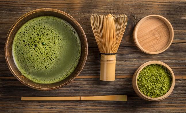 Matcha skummar lätt när man använder en traditionell bambuvisp för att tillreda det. Använd inte för hett vatten.