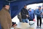 David Sandbacka från Lappfjärd har köpt ett ämbar med strömming av Jan Bondén. Nu vankas stekt strömming.