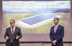 Stadsdirektör Tomas Häyry och Toni Laturi presenterar Gigafactory.