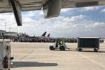 Många passagerare samlades utanför terminalen efter skottdramat vid bagageutlämningen på fredagen.