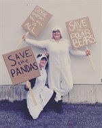Aktivistbjörnarna Anna Guarnieri (panda) och Kajsa Viitamäki (isbjörn) från Vasa övningsskolas gymnasium.