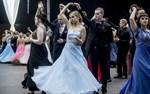 Det har varit ett digert arbete att öva in de tolv danserna. Men det har inte hindrat de unga damerna att satsa energi på såväl klänningar som frisyrer.