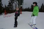 Antonia Söderlund firar sin tolvårsdag i slalombacken tillsammans med kompisen Frida Utfolk.