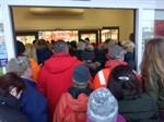 En stor skara väntade utanför Tokmannis affärshus i Närpes långt innan dörrarna öppnades klockan åtta.