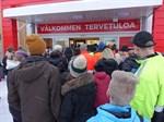 Fler och fler anslöt sig till kön då Tokmanni öppnade dörrarna i Näsby.