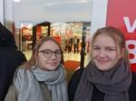Jamina Berglund, Claresund, och Felicia Rönngård, Kalax, har stått i kö i tjugo minuter innan dörrarna öppnades.