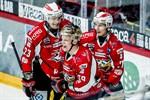 Ville Viitaluoma, Olavi Vauhkonen och Tomi Körkkö firar den sistnämndes mål.