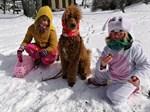 Glad påsk önskar Lydia och Alma Stolpe, och hunden Theo!