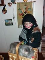 Påskhäxa med en korg full av ... en katt.