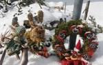 Påskhare, påskägg och en påskhäxa i snön i Malax. Man vet inte om det är påsk eller jul!