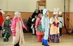 I Replot samlades många till påskhäxfest i ungdomslokalen på lördagen för att träffas, leka och grilla korv.