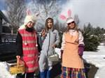 I Replot har det siktats både påkhäxor och påskharar. Här önskar tre tjejer glad påsk, Isabelle Fellman, Ellinor Berg och Sara-Li Asplund.
