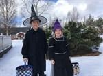 Trollkarlen Hannes och häxan Ellen har förirrat sig från Björköby till Replot för att önska en glad påsk.