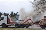 För att få släckt branden måste Räddningsverket riva byggnaden.