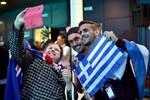 Fans poserar då de anländer till finalen av Eurovision Song Contest.